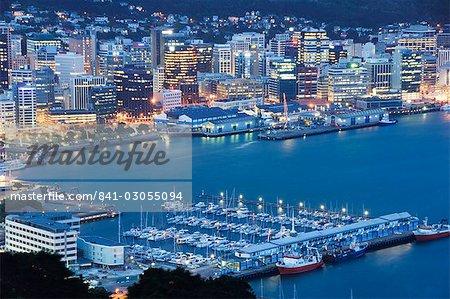 Vue centre ville panoramique nuit donnant sur la baie orientale et port de Wellington, Wellington, North Island, Nouvelle-Zélande, Pacifique