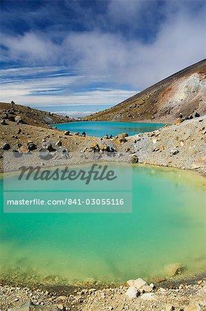 Les randonneurs près des lacs émeraude sur le Tongariro Crossing, Parc National de Tongariro, patrimoine mondial de l'UNESCO, le plus ancien parc national de Pacific North Island, New Zealand, New Zealand, Zone volcanique de Taupo,