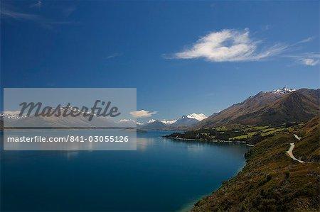 Une route sinueuse de montagne au bord du lac Wakatipu, près de Queenstown, Otago, île du Sud, Nouvelle-Zélande, Pacifique