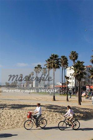 Cyclisme sur l'Amérique du Nord de cycle path, Venice Beach, Los Angeles, Californie, États-Unis d'Amérique, les gens