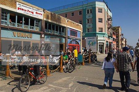 Regarder les gens passer sur Venice Beach promenade, Venice Beach, Los Angeles, Californie, États-Unis d'Amérique, Amérique du Nord