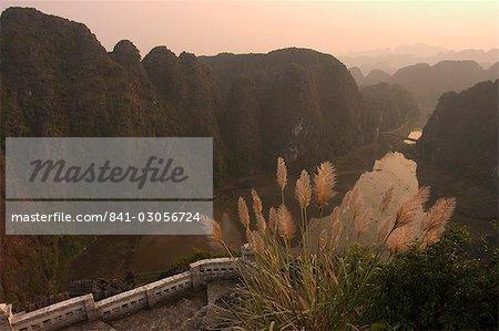 Coucher du soleil, vue de dessus de colline, Tam Coc, Ninh Binh, au sud de Hanoi, Vietnam du Nord, Asie du sud-est, Asie
