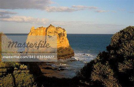 Pile de roche volcanique isolé au large de Melbourne, Great Ocean Road, Victoria, Australie, Pacific