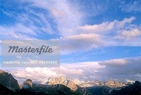 Gamme de nuages au-dessus de Marmolada, 3342m, Dolomites, Haut-Adige, Italie, Europe