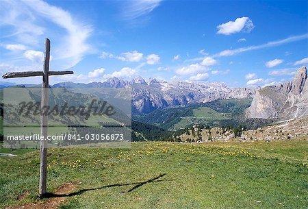 Croix chrétienne domine les pics plus importants dans les Alpes, la vue du Val Gardena depuis le col de Sella, 2244m, Dolomites, Haut-Adige, Italie, Europe