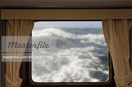 Vue depuis la cabine sur la navigation sur une mer agitée près du Cap Horn, Passage de Drake, océan glacial Antarctique, Tierra del Fuego, Patagonie, au Chili, en Amérique du Sud Antarctique Dream