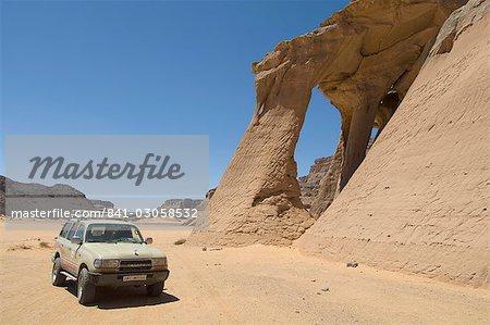 Tin Ghalega rock formation, Red Rhino Arch, Wadi Teshuinat, Akakus, Sahara desert, Fezzan (Libye), l'Afrique du Nord, Afrique