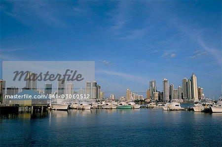 Yachts et les toits de la ville, Panama City, Panama, Amérique centrale