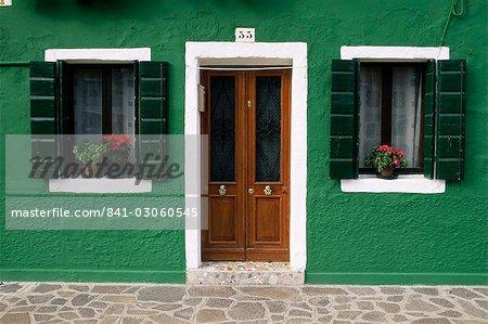Portes et fenêtres d'une maison, Burano, Venise, Vénétie, Italie, Europe