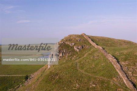 Roman Wall à est à Craglough, du mur d'Hadrien, patrimoine mondial de l'UNESCO, Northumberland, Angleterre, Royaume-Uni, Europe