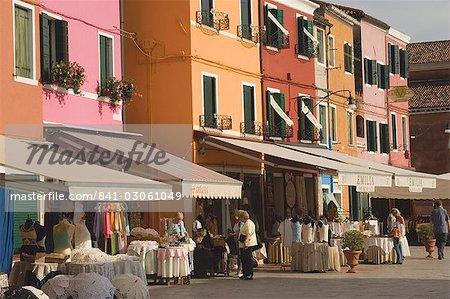 Vitrine colorée maisons avec revêtement affiche, Burano, lagune de Venise, Vénétie, Italie, Europe