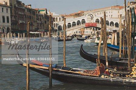 Gondoles, Grand Canal et du pont du Rialto, Venise, UNESCO World Heritage Site, Veneto, Italie, Europe