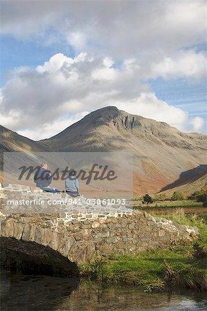 Zwei Wanderer pausieren wir auf Great Gable 2949ft, Wasdale Valley, Lake District-Nationalpark, Cumbria, England, Vereinigtes Königreich, Europa