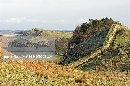 Suchen Sie Osten von lag Crag und Holz zu Kennel Crags, Kings Hill, und Sewingshields Crag, Roman Wall, UNESCO Weltkulturerbe, Northumbria, England, Vereinigtes Königreich, Europa