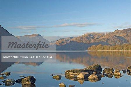 Premières lueurs surplombant south Lake Ullswater, Parc National de Lake District, Cumbria, Angleterre, Royaume-Uni, Europe