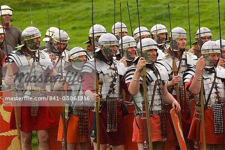 Ermine Street Guard in Rüstung, an der Mühelosigkeit, römischen Kastells Birdoswald, Hadrianswall, Northumbria, England, Vereinigtes Königreich, Euruope