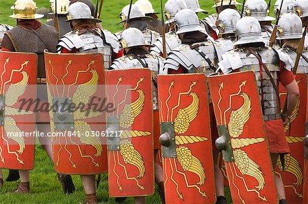 Soldats romains de l'Ermine Street Guard sur le détail de mars, armures et bouclier, Birdoswald Fort romain, mur d'Hadrien, Northumbria, Angleterre, Royaume-Uni, Europe