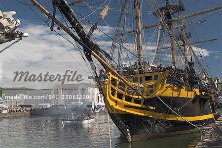 Grand voilier Grand Turk, amarré dans l'arrière-port, avec long bateaux présents, Whitehaven. Cumbria, Angleterre, Royaume-Uni, Europe