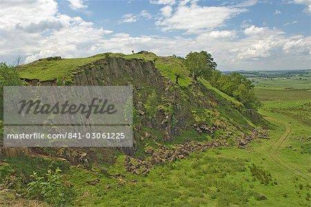 Walltown Klippen, Walker auf die Skyline am Turm 45 b, Hadrianswall, Northumbria, England, Vereinigtes Königreich, Europa