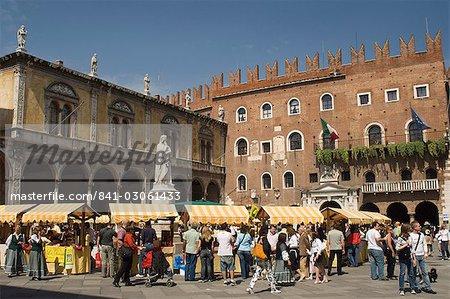 Piazza del Signori avec la statue de Dante, chambre de Commerce de 1301 et Palais Scaligeri, Vérone, UNESCO World Heritage Site, Veneto, Italie, Europe
