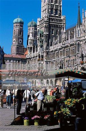 Marché en face de l'hôtel de ville, Marienplatz, Munich, Bavière, Allemagne, Europe