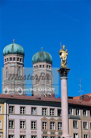 Tours de la Frauenkirche et Mariensaule (colonne de la Sainte-Marie), Munich, Bavière, Allemagne, Europe