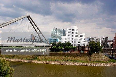 Les bâtiments de Neuer Zollhof par Frank Gehry au Medienhafen (port des médias), Düsseldorf, Nord Westphalie, Allemagne, Europe