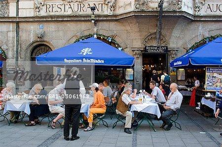 Gens assis à l'extérieur de la populaire Augustiner restaurant, Munich, Bavière, Allemagne, Europe