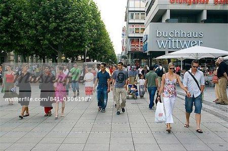 Personnes marchant sur la rue commerçante Konigstrasse (rue King), piétonne, Stuttgart, Bade Wurtemberg, Allemagne, Europe