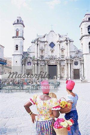 Deux femmes en costume traditionnel de San Cristobal cathédrale, la Havane, Cuba, Antilles, l'Amérique centrale en regardant