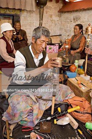 Travaux d'entretien courant des moulins à prières sur un toit du monastère, Lhassa, Tibet, Chine, Asie