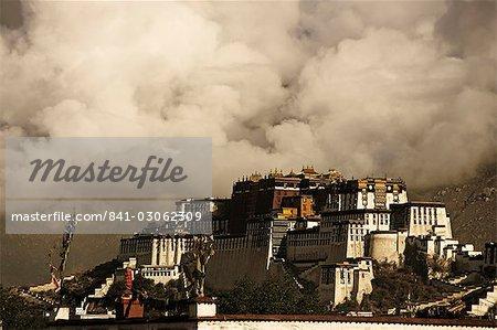 Image prise en 2006 et en partie aux tons, nuages spectaculaires bâtiment derrière le palais du Potala, patrimoine mondial UNESCO, Lhassa, Tibet, Chine, Asie