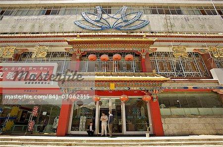 Des magasins modernes ligne Yutok Lam une rue reliant le temple de Jokhang à la place du Potala, Lhassa, Tibet, Chine, Asie