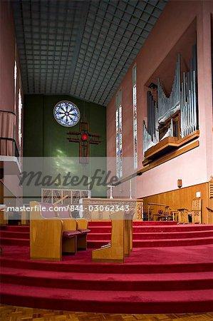 Cathédrale intérieur avec des vitraux et des croix, dans la ville de style Art déco de Napier, North Island, Nouvelle-Zélande, Pacifique