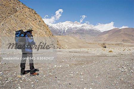 Trekker offre la vue sur le trek Annapurna circuit entre Jomsom et Muktinath, Himalaya, Népal, Asie