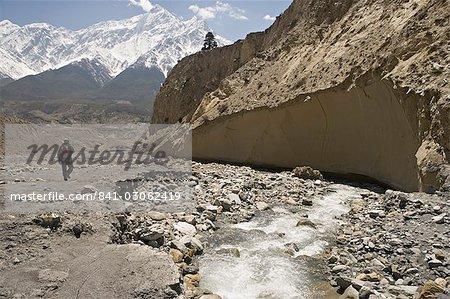 Trekker sur l'Annapurna circuit trek, le pic élevé au loin est l'un des Nilgiri, partie de la grande barrière, Jomsom, Himalaya, Népal, Asie