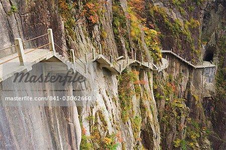 Sentier le long de la paroi rocheuse, Xihai (ouest de la mer) vallée, Mont Huangshan (Yellow Mountain), patrimoine mondial de l'UNESCO, la Province d'Anhui, Chine, Asie