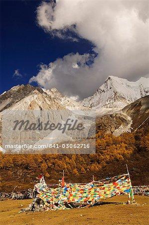 Drapeaux de prière et de la montagne de Xiaruoduojio, réserve naturelle de Yading, Province du Sichuan, Chine, Asie