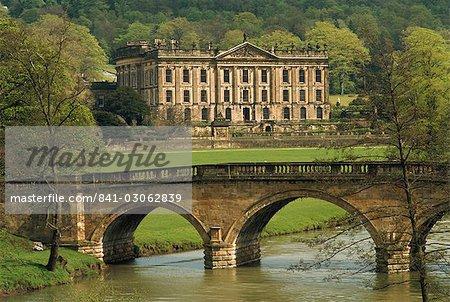 Brücke über den Fluss und Chatsworth House, Derbyshire, England, Vereinigtes Königreich, Europa