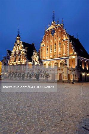 Maison des têtes noires à la nuit, place de la mairie, Ratslaukums, Riga, Lettonie, pays baltes, Europe