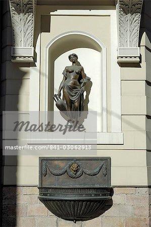 Fontaine d'eau dans la vieille ville, à Riga, en Lettonie, pays baltes, l'Europe