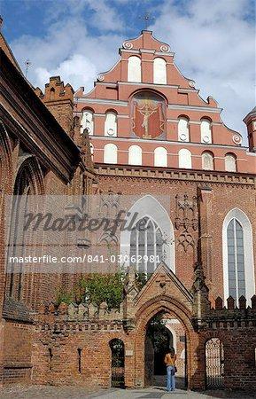 Église des Bernardins et monastère avec une femme debout dans la passerelle, Vilnius, UNESCO World Heritage Site, Lituanie, États baltes, Europe