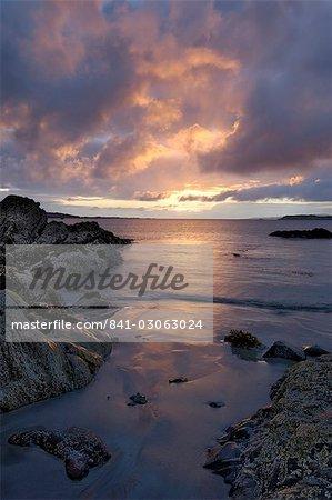 Plage au coucher du soleil, près de Tully Cross, Connemara, comté de Galway, Connacht, Irlande, Europe