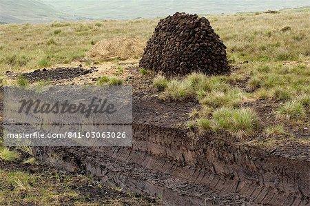 Peat cutting, Connemara, County Galway, Connacht, Republic of Ireland, Europe