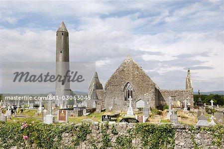Églises de Kilmacdaugh et la tour ronde, près de Gort, le comté de Galway, Connacht, Irlande, Europe