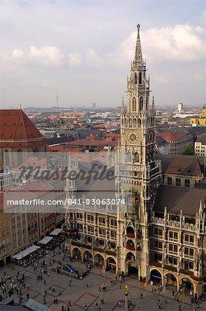 Neues Rathaus (nouvelle mairie) et la Marienplatz, de la tour de Peterskirche (église Saint-Pierre), Munich (München), Bavière (Bayern), Allemagne, Europe