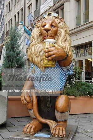 Munchner Lowenparade (Parade de Lion de Munich), une des nombreuses statues peints colorés des lions se trouve partout dans la ville, de Munich, en Bavière (Bayern), Allemagne, Europe