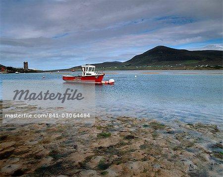Bateau rouge à Achill Sound à marée basse, l'île d'Achill, comté Mayo, Connacht, Irlande, Europe