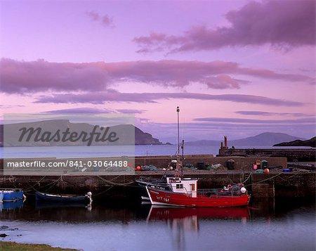 Petit port de pêche au coucher du soleil, Dooagh, île d'Achill, comté Mayo, Connacht, Irlande, Europe