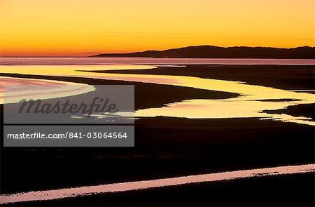 Coucher de soleil sur la baie de Luskentyre, à marée basse, Ouest côte de Sud Harris, Hébrides extérieures, en Écosse, Royaume-Uni, Europe